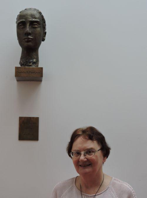 Marie Neudorflová u busty Charlotty Masarykové 18. 2. 2015