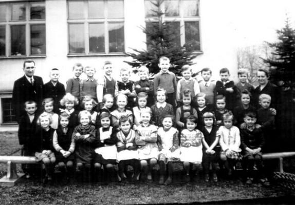 Setkání spolužáků po 75 letech ve středu 4. listopadu 2015¨- fotografie 2. třídy ze září 1940